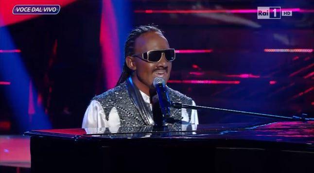 La scorsa settimana Francesco Cicchella ha imitato Stevie Wonder