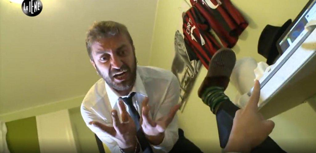 Stefano Corti mentre soccorre Alessandro Onnis, 'infortunatosi alla mano' per colpa della Javorcekova...