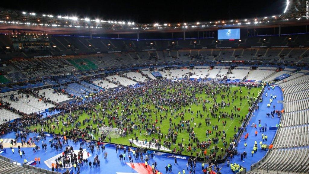 La folla, travolta dal panico, si riversa sul prato dello Stade de France di Parigi (CNN)