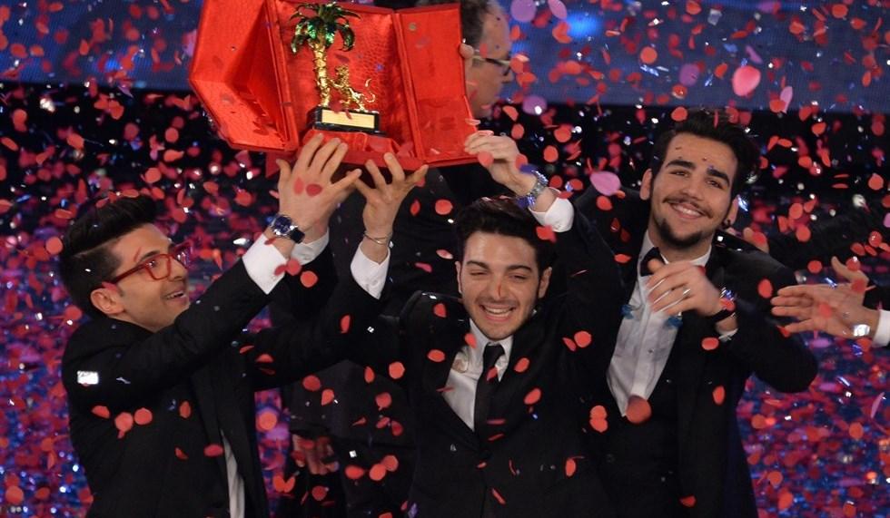 I tre componenti de Il Volo festeggiano il trionfo al Festival sul palco dell'Ariston