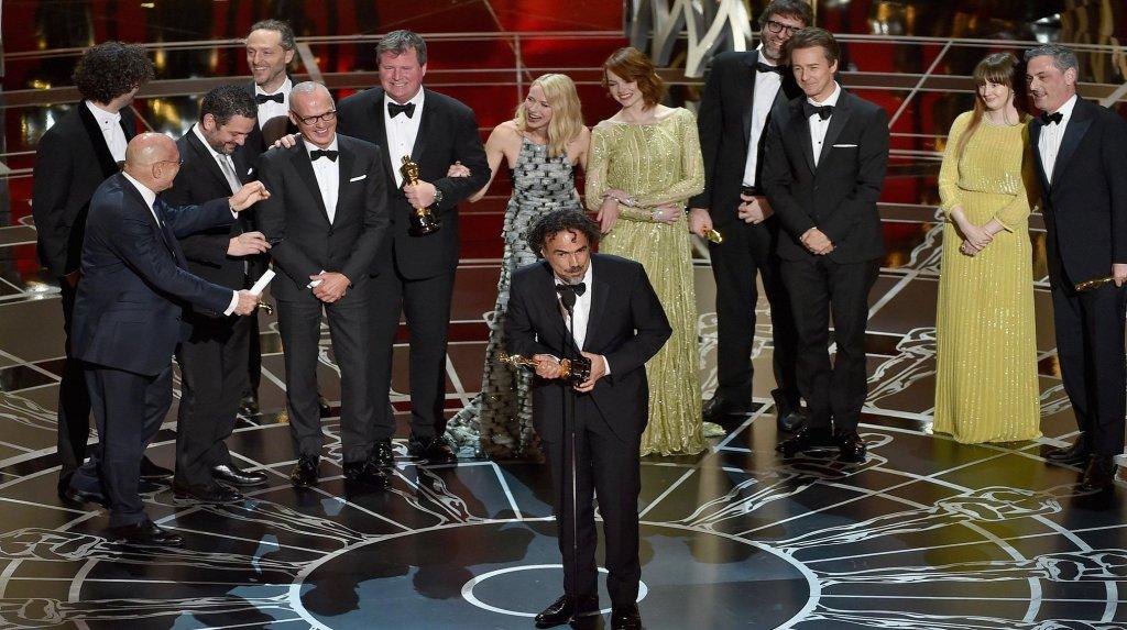 Alejandro Gonzalez Inarritu ritira l'Oscar per Birdman