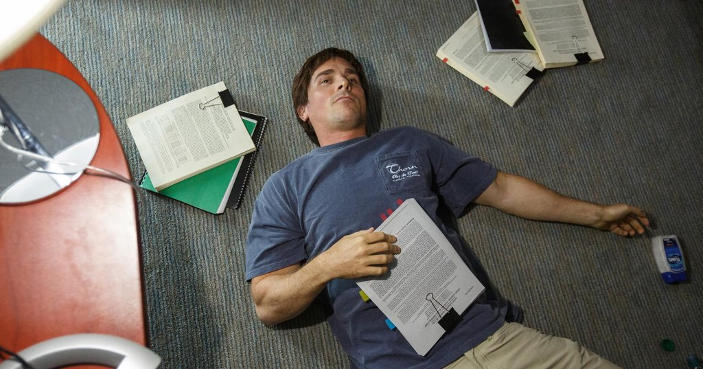 Michael Burry/Christian Bale in una scena del film