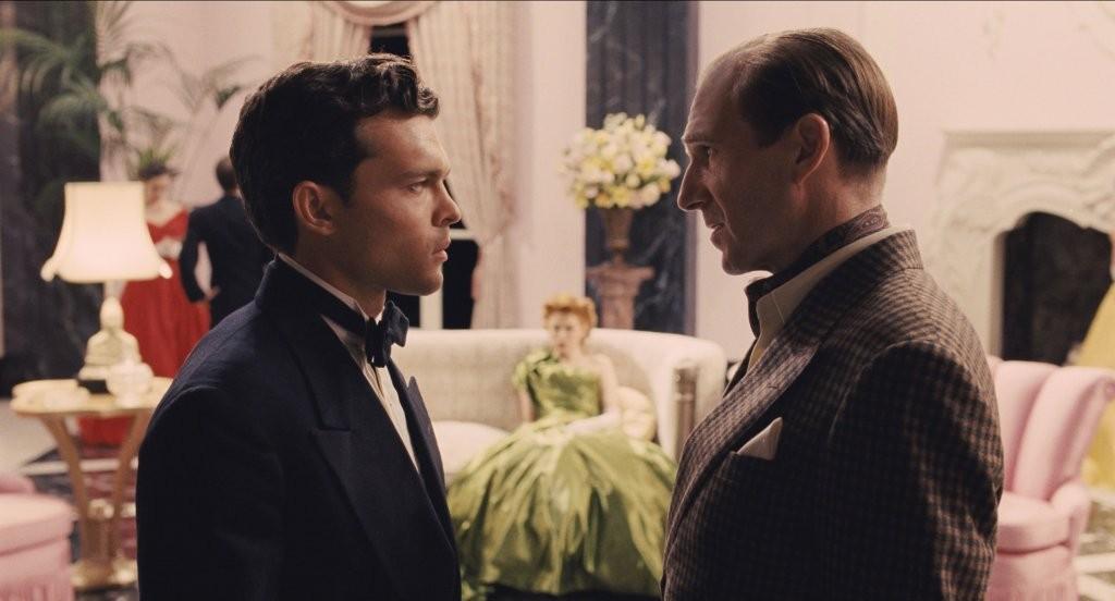 Alden Ehrenreich insieme a Ralph Fiennes in una scena di 'Ave, Cesare!'
