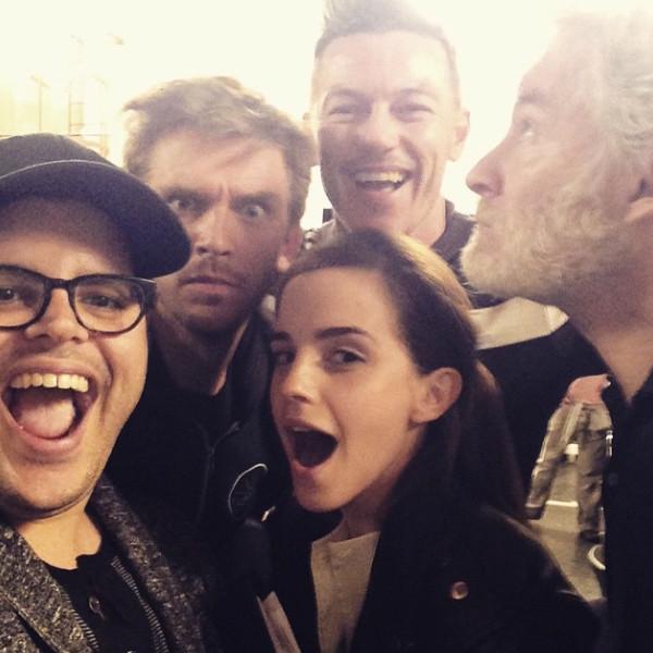 Selfie di gruppo sul set, postato da Josh Gad sul suo profilo Instagram. La foto risale al 2015.